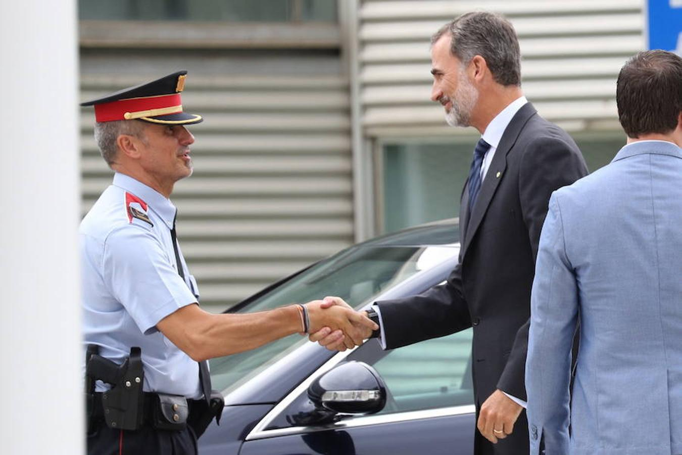 Felipe VI saluda a un Mosso de Esquadra a la llegada de los Reyes Hospital del Mar de Barcelona, donde visitaron a los heridos ingresados en ese centro tras el atentado en Barcelona