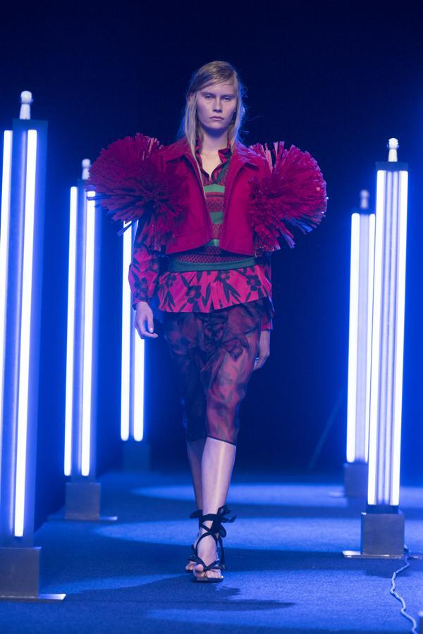 La rafia ha sido la estrella de la colección, incluida en los bajos de muchos de los vestidos, pero siempre combinado con materiales como la organza de seda