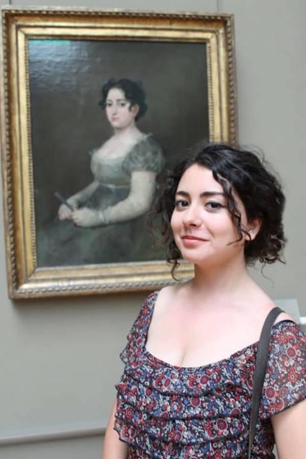 Una chica encuentra a su doble en el cuadro «Mujer con abanico» de Goya y Lucientes