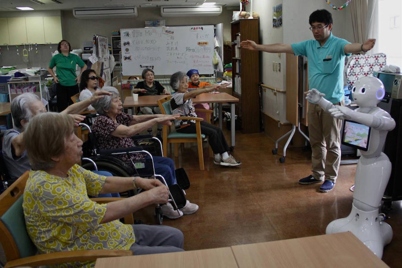El robot Pepper, uno de los más usados en Japón, dirige los ejercicios de los ancianos en la residencia Shintomi de Tokio