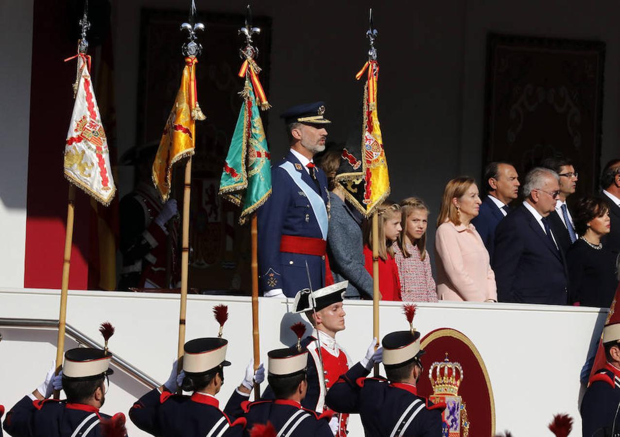 Los Reyes junto a sus hijas, la princesa Leonor y la infanta Sofía, presiden el desfile del Día de la Fiesta Nacional, al que asiste el Gobierno en pleno y la mayoría de líderes políticos (EFE)