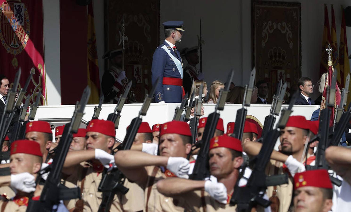 Los Reyes Felipe y Letizia, y sus hijas, la princesa Leonor y la infanta Sofía, presiden el desfile del Día de la Fiesta Nacional (EFE)