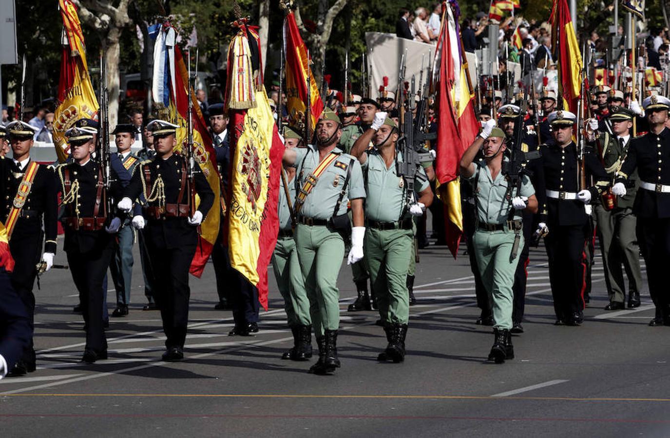 Desfile del Día de la Fiesta Nacional que han presidido hoy los Reyes, y al que ha asistido el Gobierno en pleno, encabezado por Mariano Rajoy, y la mayoría de líderes políticos (EFE)