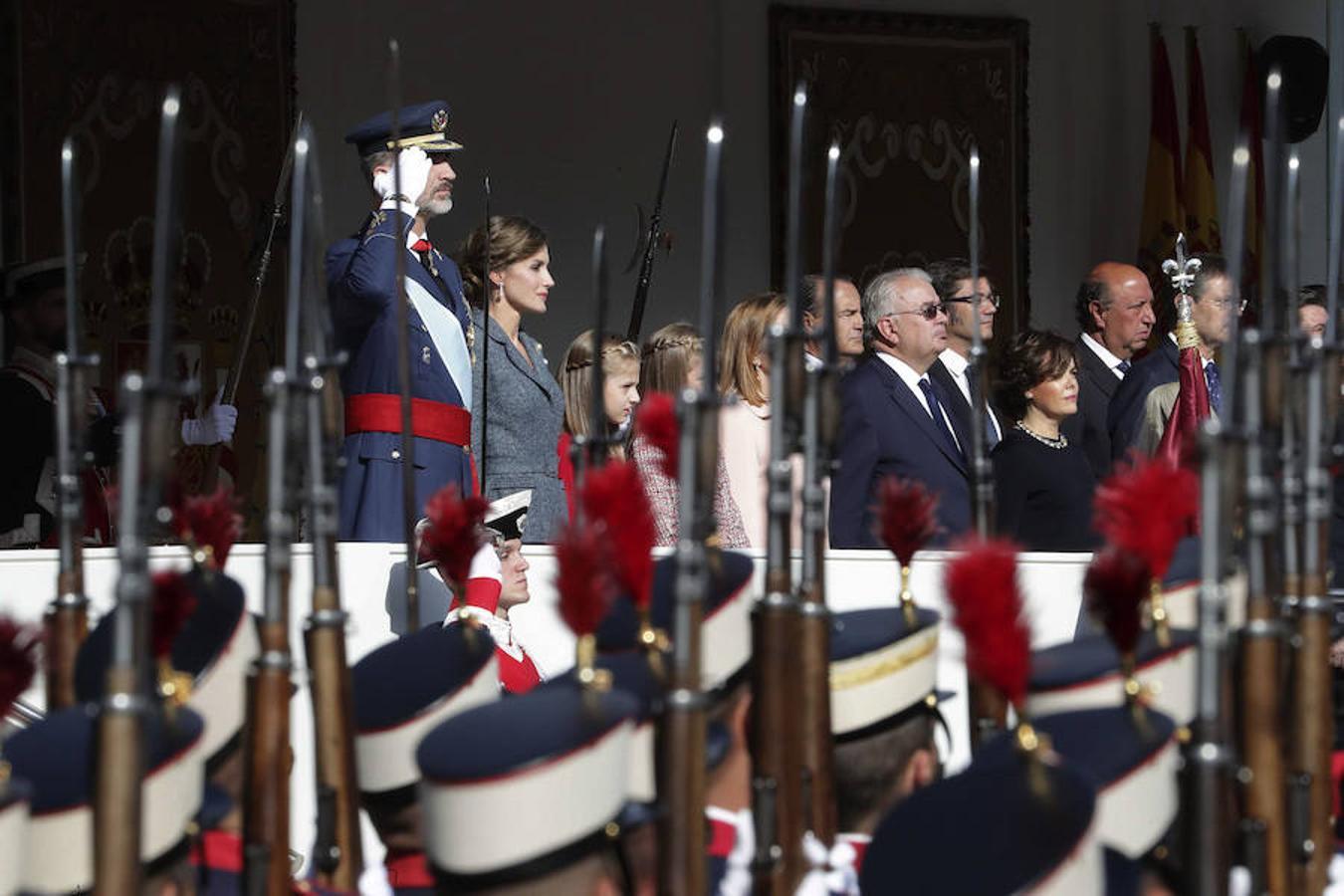 Los Reyes junto a sus hijas, presiden el desfile del Día de la Fiesta Nacional al que asiste el Gobierno en pleno y la mayoría de líderes políticos (EFE)