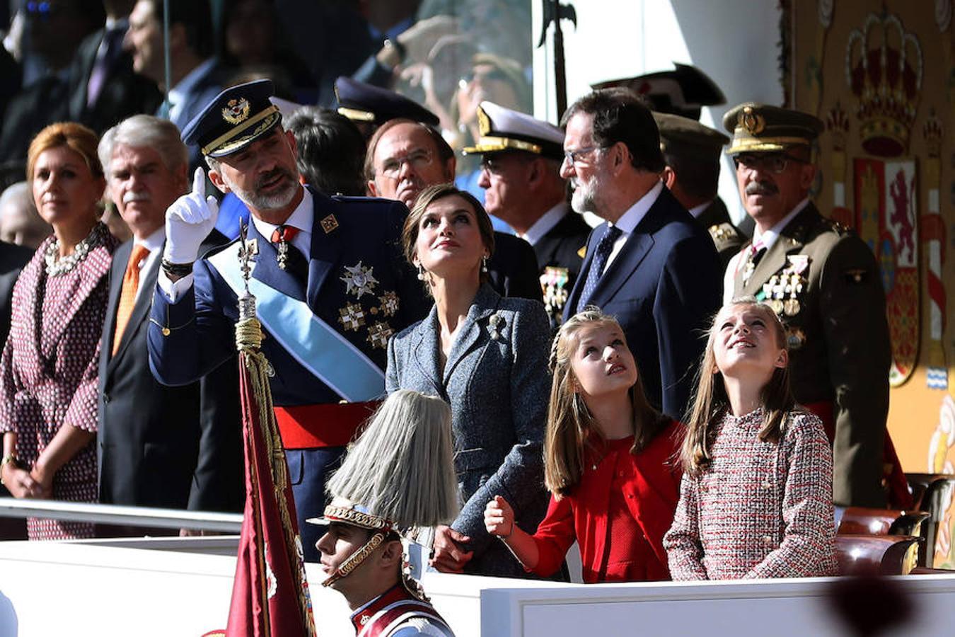 Los Reyes y sus hijas, la princesa de Asturias y la infanta Sofía, observan la exhibición aérea, durante el desfile del Día de la Fiesta Nacional (EFE)