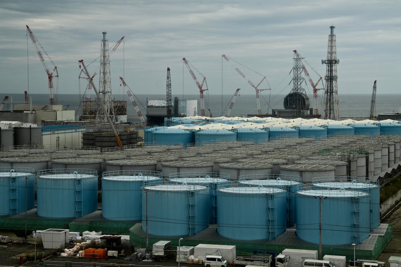 Una jungla de grúas y chimeneas se alza entre los reactores 1, 2 y 3 de la siniestrada central de Fukushima 1