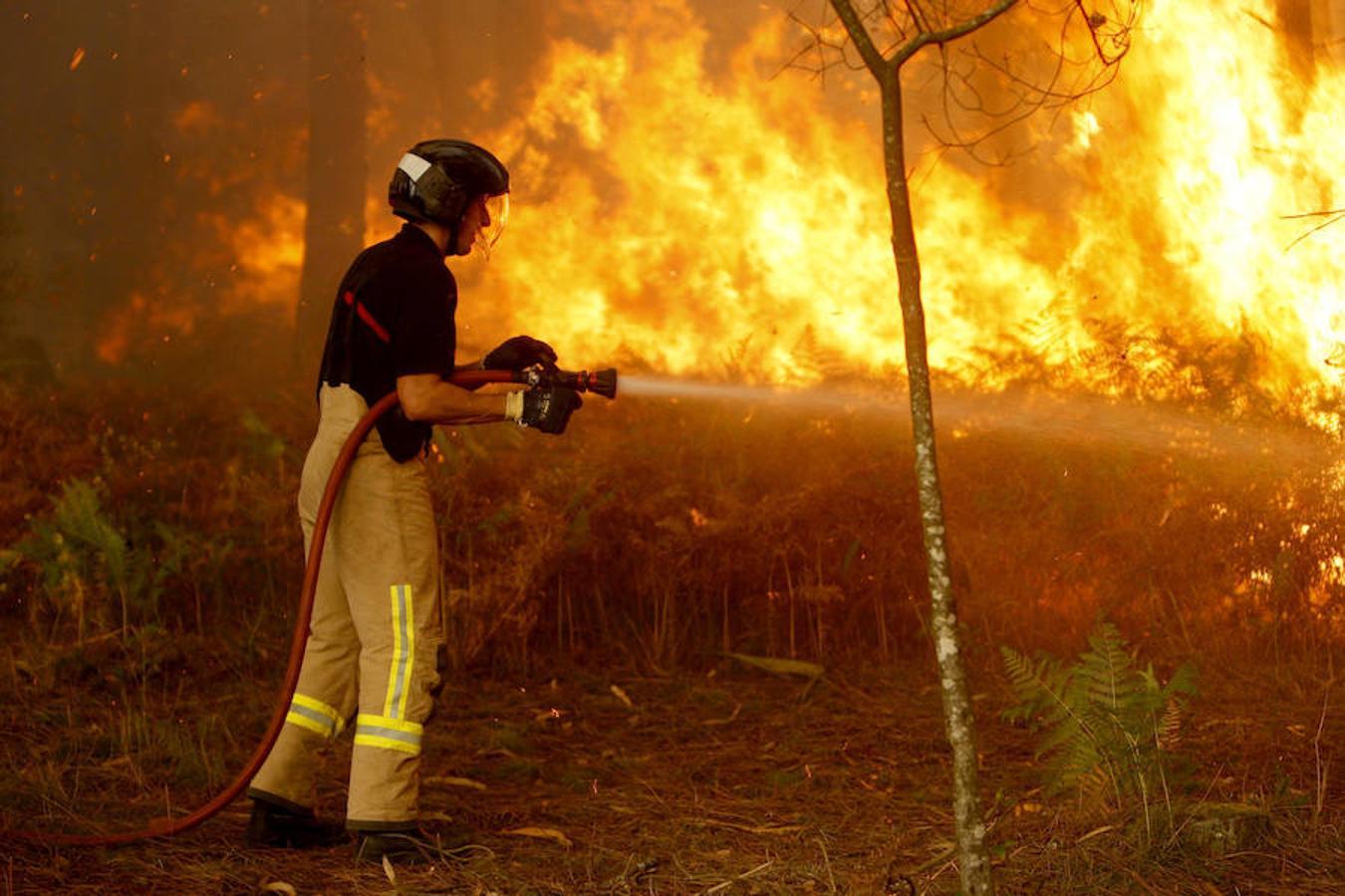 Más de 80 incendios cercan Galicia y fuerzan el desalojo de poblaciones