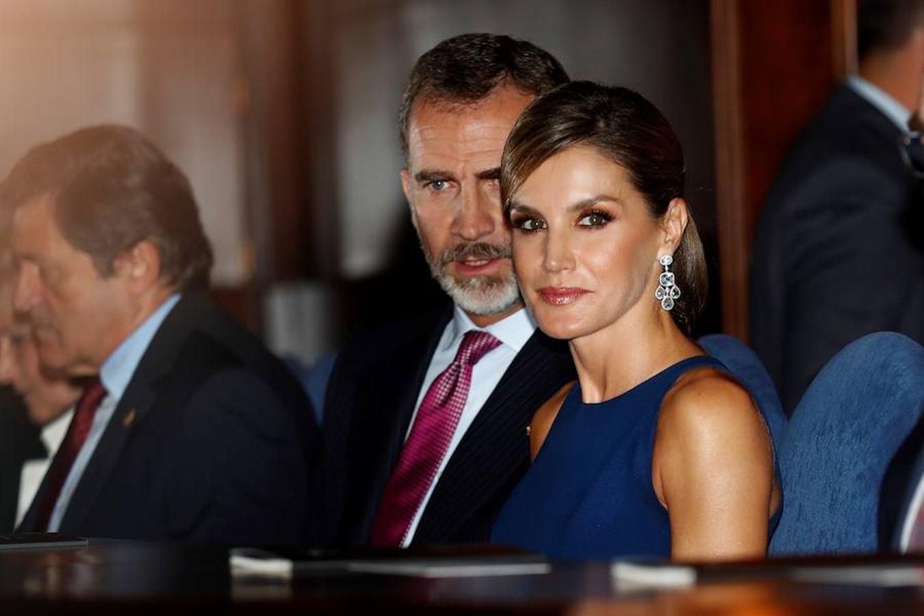 Los Reyes han llegado en la tarde de este jueves a un Oviedo con los balcones salpicados de banderas españolas para entregar mañana los premios Princesa de Asturias en unas circunstancias muy especiales, tras el golpe de Estado separatista