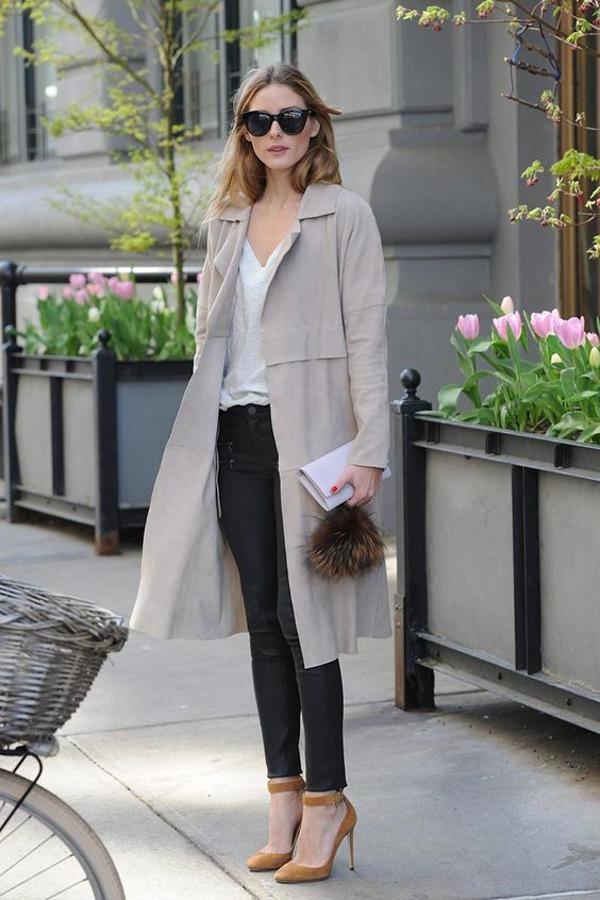 Un básico en esta temporada es la clásica gabardina, que combinada con con unos pantalones perfectos y una camiseta básica, aportan un look ideal para estas anormales temperaturas