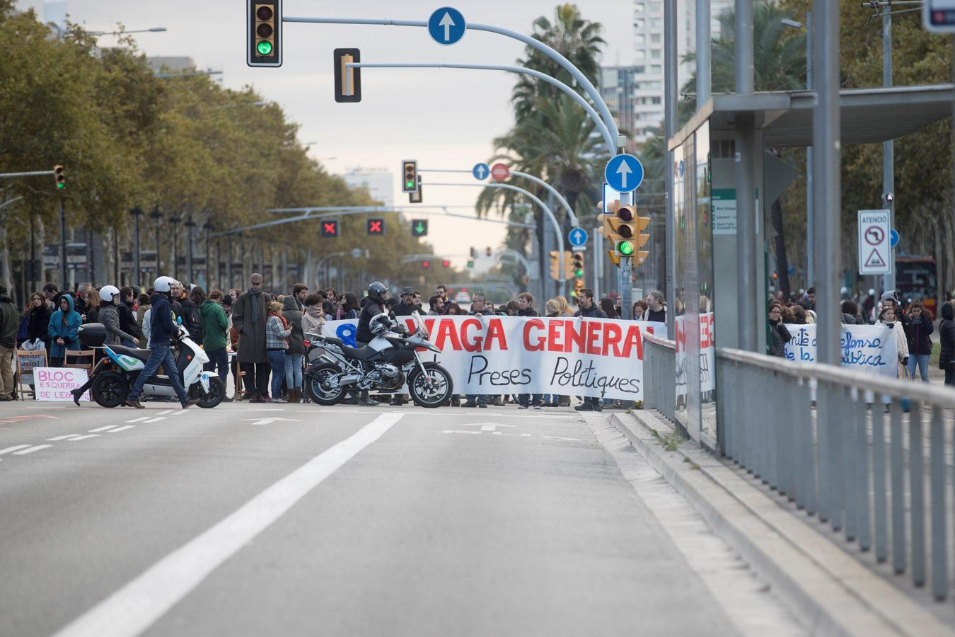 Un grupo de manifestantes corta la avenida Diagonal durante una nueva jornada de huelga convocada esta vez en solitario por el sindicato minoritario Intersindical-CSC,