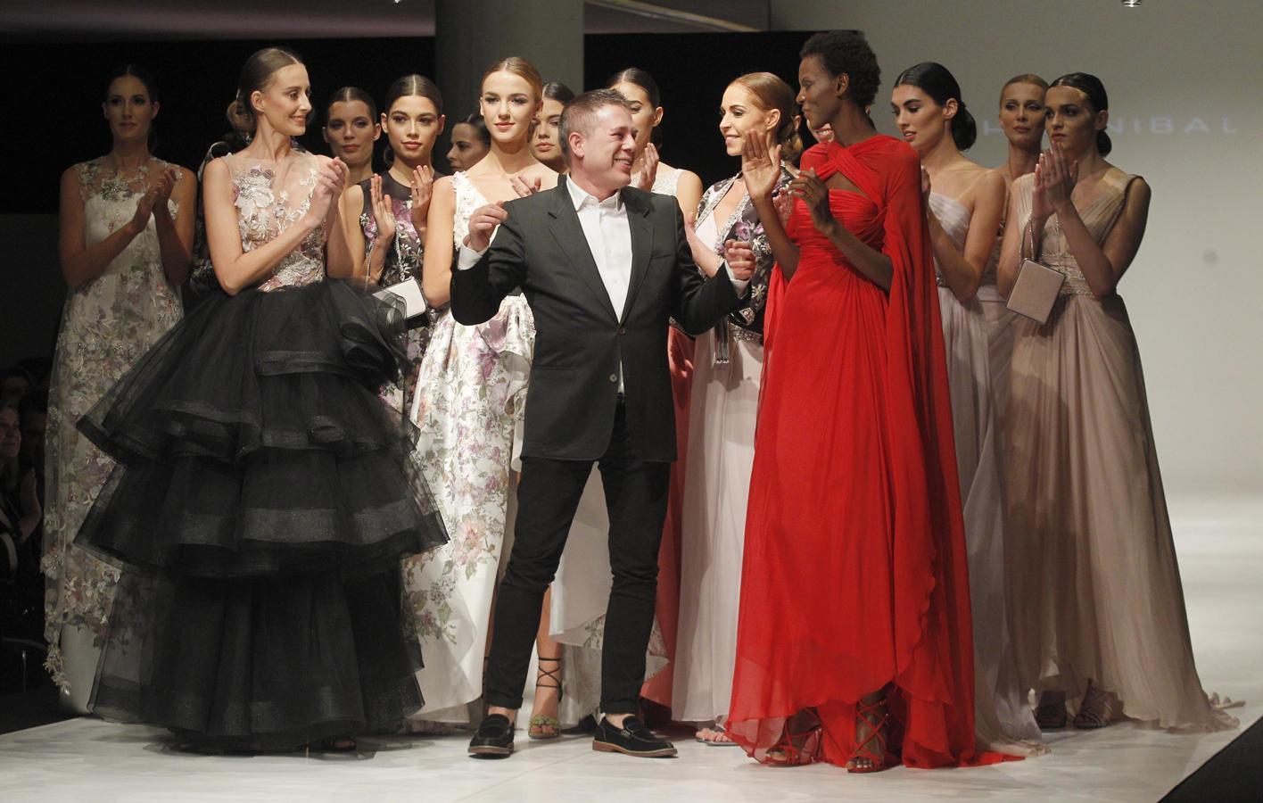 Las modelos aplauden a Hannibal Laguna tras concluir el desfile