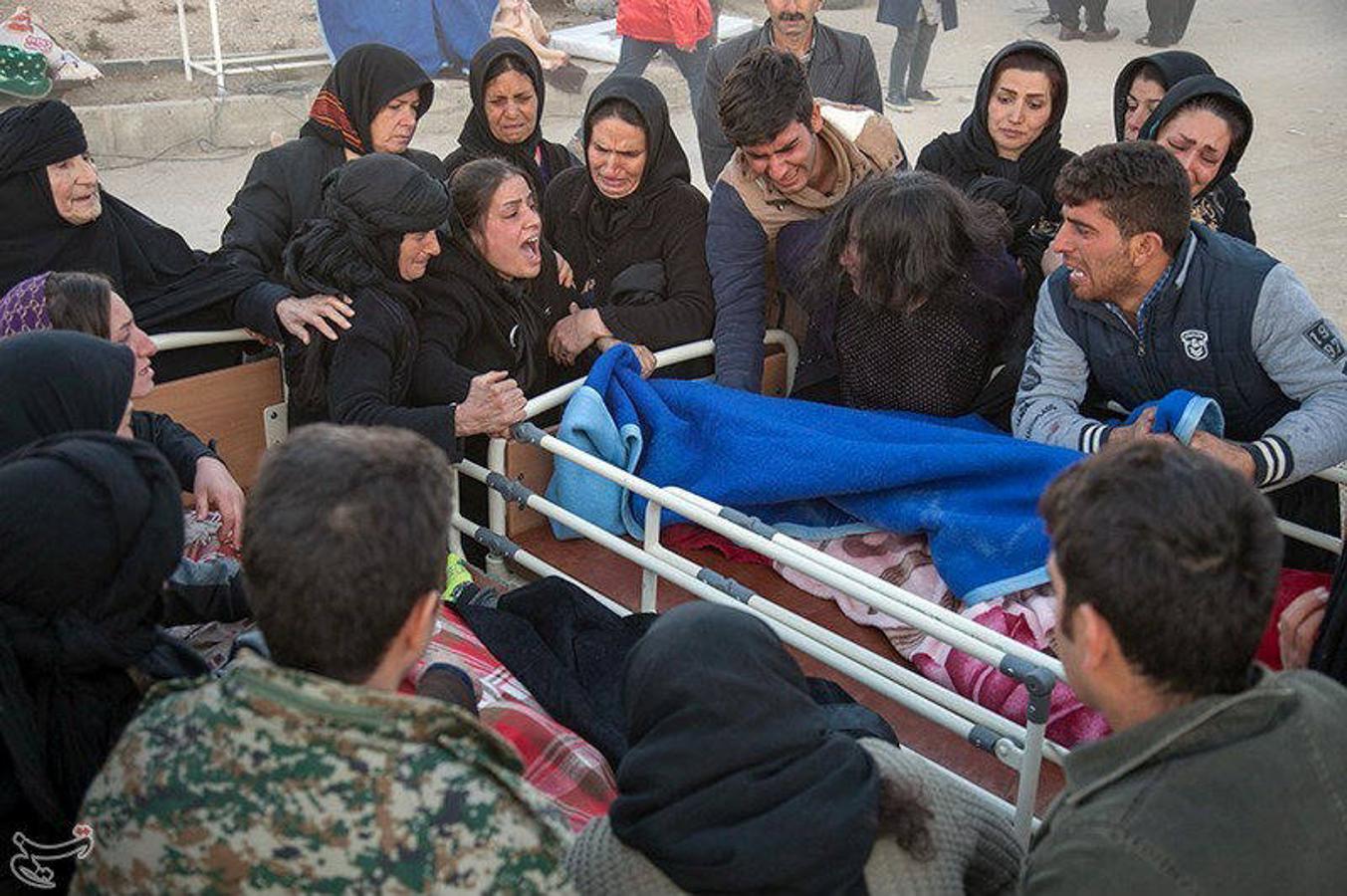 Un terremoto de 7,3 grados en la escala de Richter ha sacudido la zona de frontera entre Irán e Irak y ha causado más de 300 muertos y más de 5.000 heridos