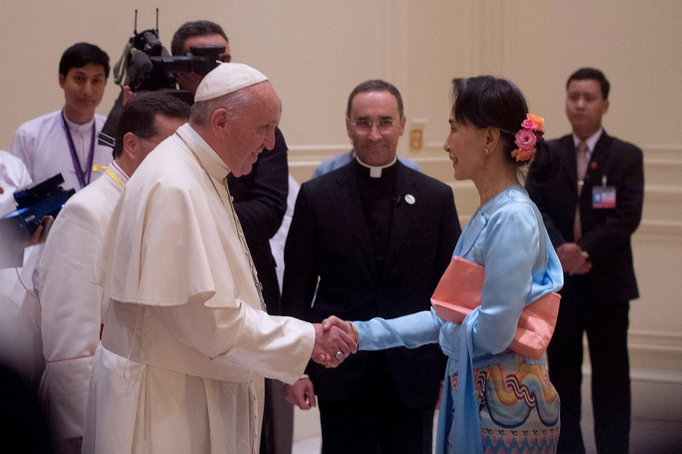 El Papa Francisco saluda a la líder de facto birmana, Aung San Suu Kyi