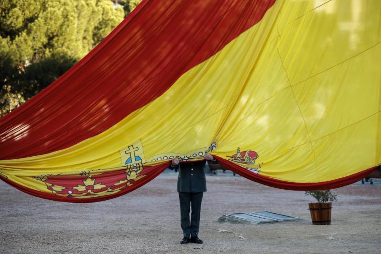 Los presidentes del Congreso, Ana Pastor, y del Senado, Pío García Escudero, presiden el solemne izado de la bandera nacional en la Plaza de Colón de Madrid, acompañados por el Jefe del Estado Mayor de la Defensa, general Fernando Alejandre