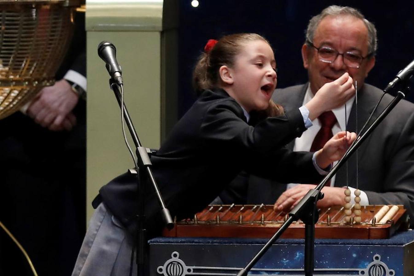 La niña Aya, vitoreada por el público al cantar los premios