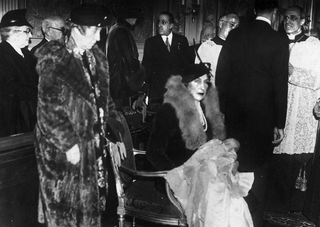 Don Juan Carlos fue bautizado el 26 de enero de 1938 en Roma por el futuro Papa Pío XII. La Reina Victoria Eugenia fue su madrina