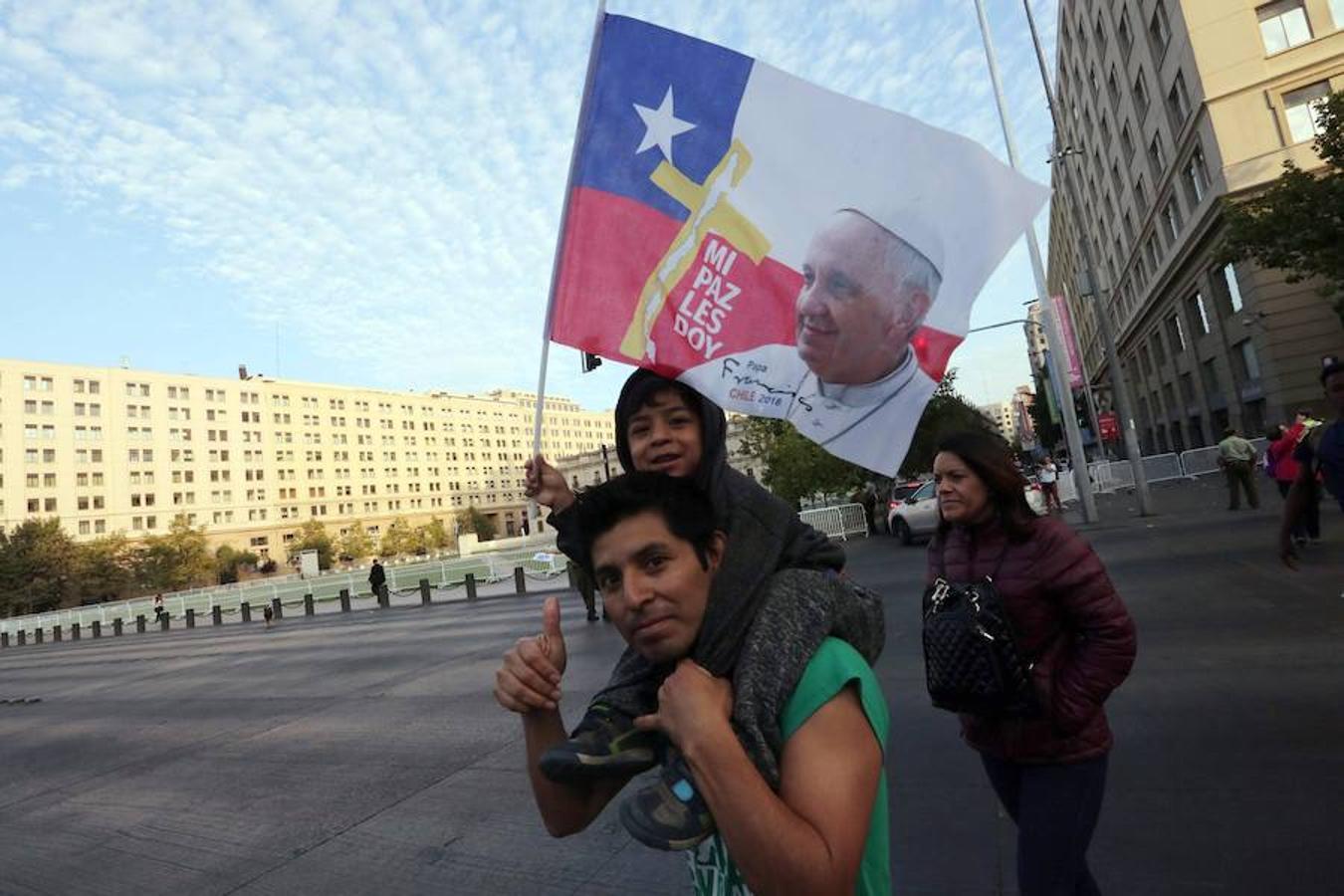Seguidores del Papa Francisco se acercan a la Casa de la Moneda hoy, martes 16 de enero de 2018, en Santiago (Chile).