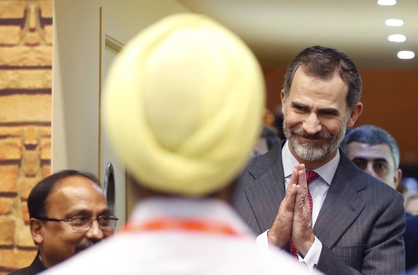El Rey Felipe VI saluda a un hindú durante el recorrido que los reyes han realizado hoy por la trigésimo octava Feria Internacional de Turismo (Fitur), que acoge este año a unas 10.000 entidades públicas y privadas de 165 países