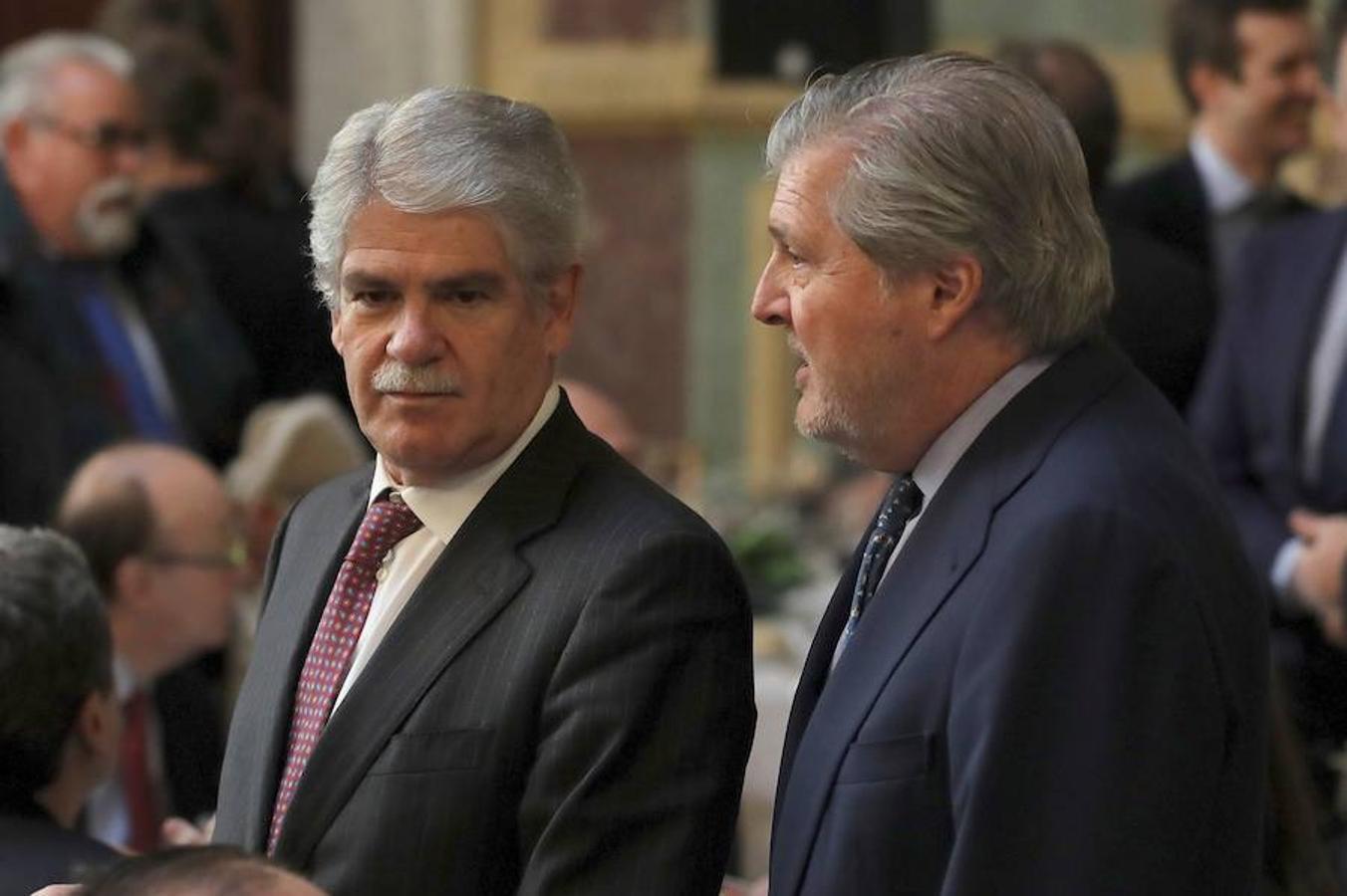 Los ministros de Exteriores, Alfonso Dastis (a la izquierda), y de Cultura y Educación, Íñigo Méndez de Vigo, a su llegada al Foro ABC-Deloitte, celebrado este jueves en el Casino de Madrid.
