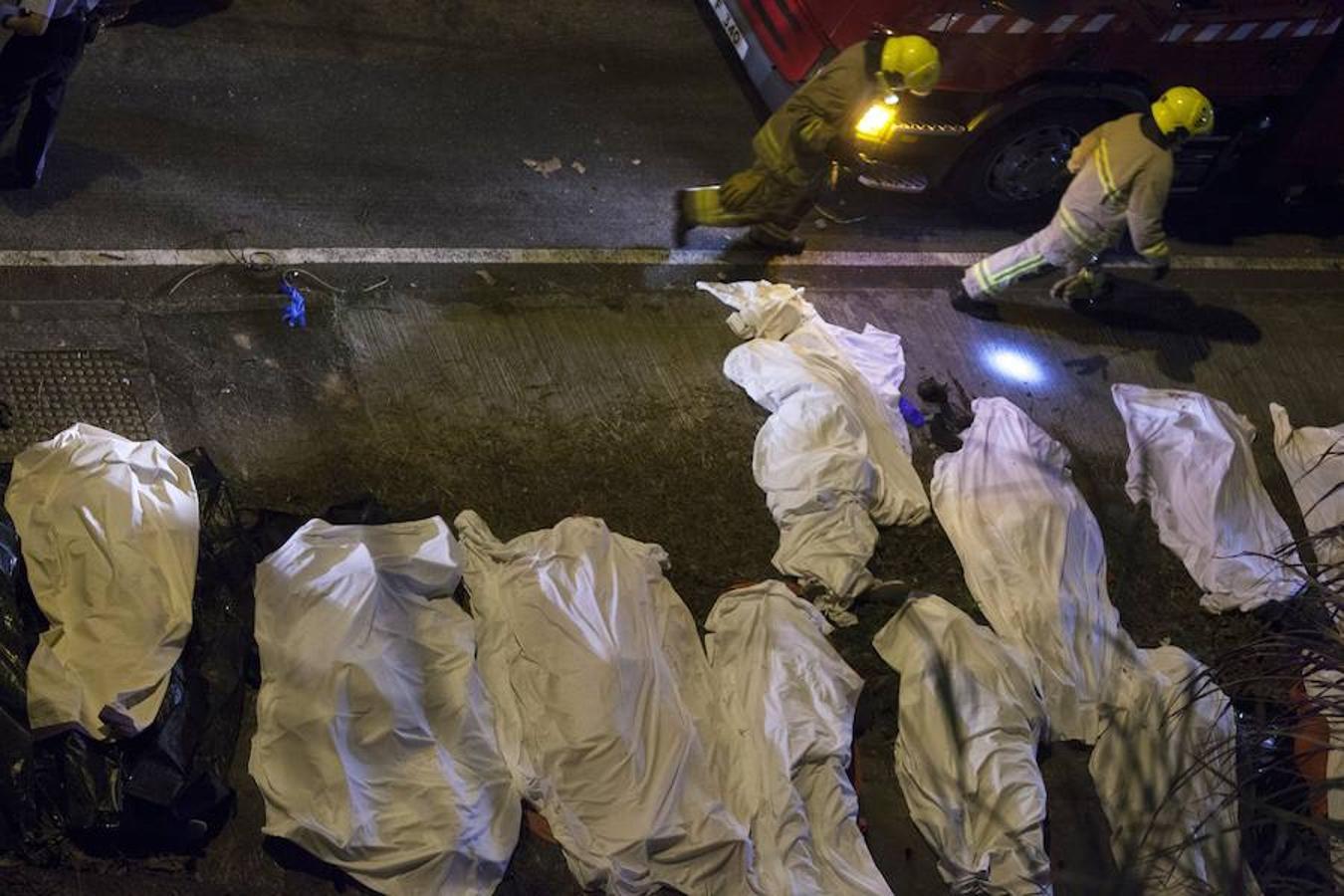Diecinueve personas murieron y al menos 40 resultaron heridas este sábado en un accidente de autobús en Hong Kong