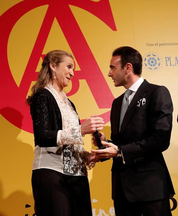 El diestro Morante de la Puebla posa a su llegada a la entrega del X Premio Taurino ABC, otorgado a la infanta Elena.