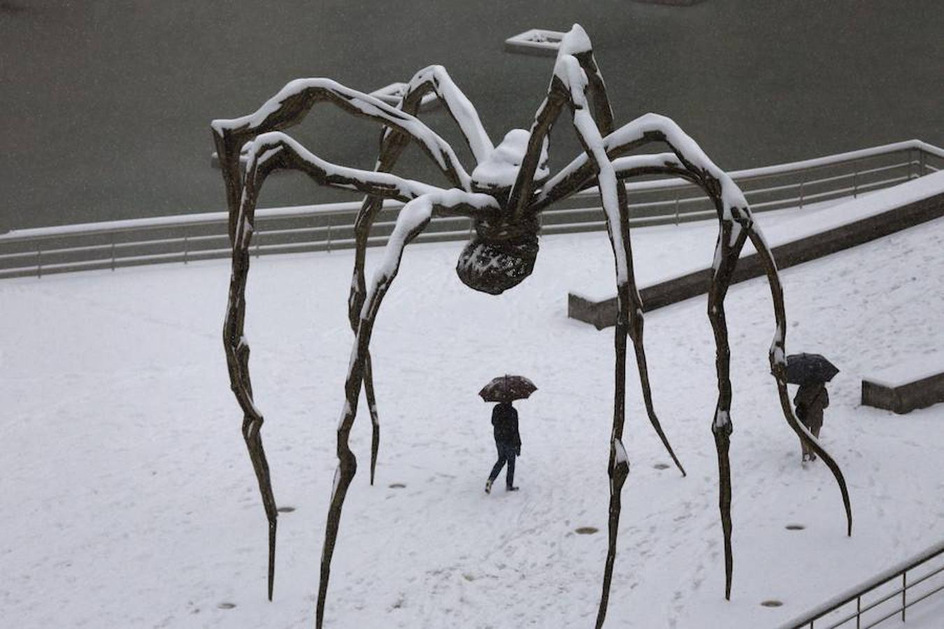 La escultura de Louise Bourgeois «mama», instalada junto al museo Guggenheim de Bilbao, cubiera de nieve