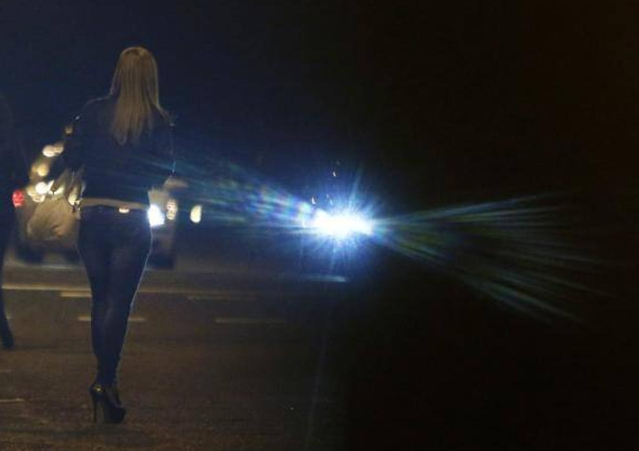 Dos mujeres esperan la llegada de un taxi tras una noche de fiesta en las inmediaciones de Azca (2013)