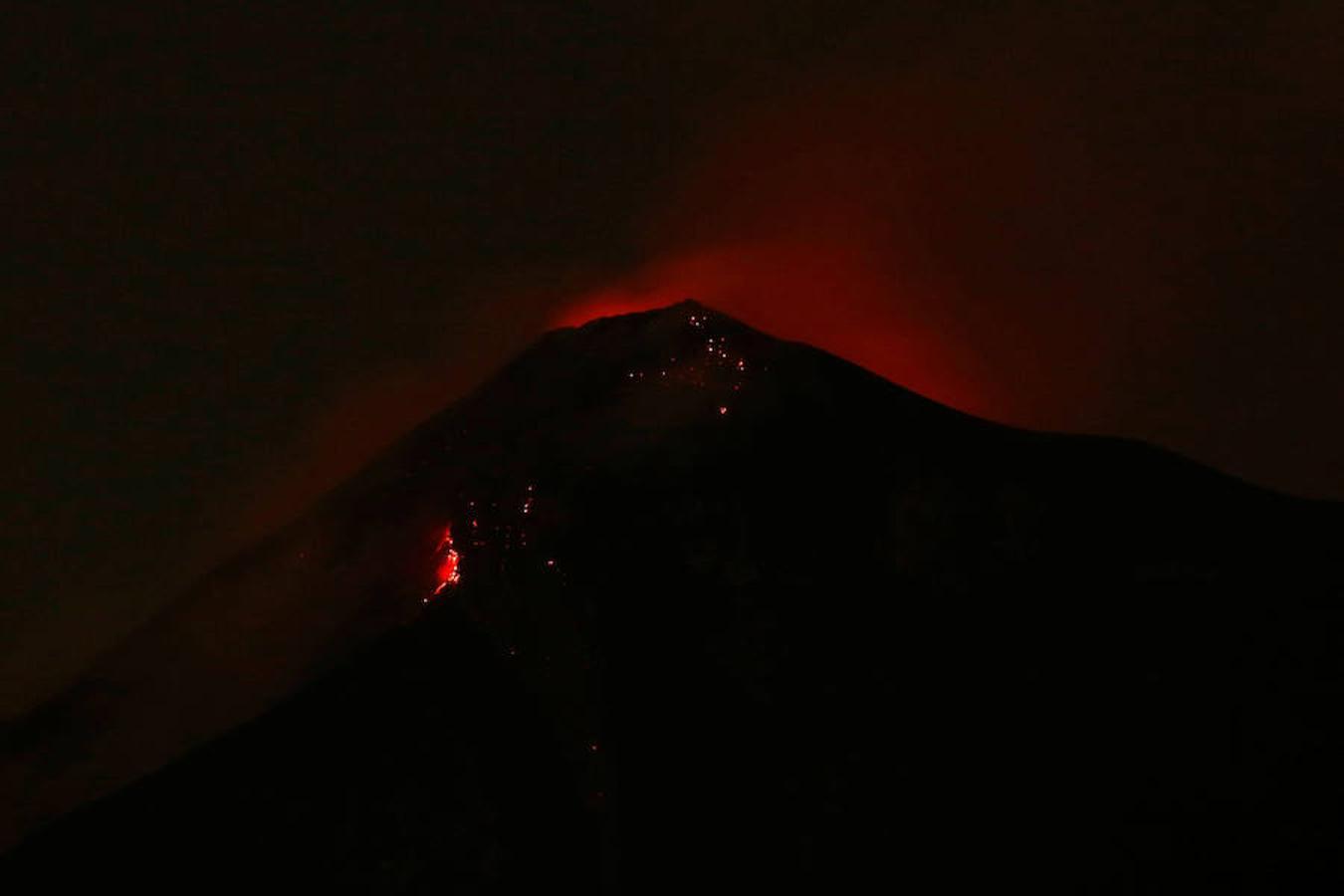 La ceniza que lanzó el coloso alcanzó los 10.000 metros de altura sobre el nivel del mar y, según el Instituto Nacional de Sismología, Vulcanología, Meteorología e Hidrología (Insivumeh), esta erupción, la segunda en 2018 del volcán de Fuego, es la mayor de los últimos años. Al menos 25 personas fallecieron, 20 resultaron heridas y 1,7 millones se vieron afectadas por la erupción del volcán de Fuego.