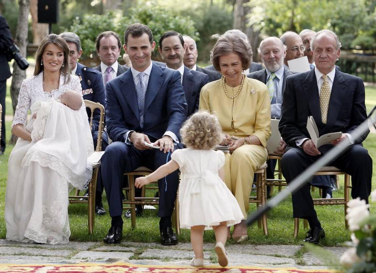 La entonces Princesa de Asturias, Doña Letizia, de encaje blanco en el bautizo de la Infanta Sofía, en el que la Princesa Leonor fue el centro de atención
