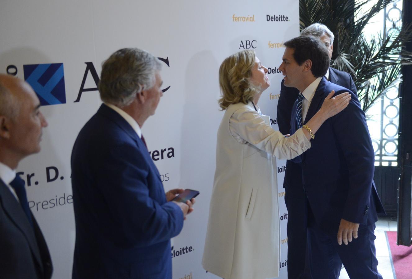 Catalina Luca de Tena saluda a Albert Rivera. «Ciudadanos condiciona algunos de los gobiernos autonómicos más relevantes de España (....) y su vocación como partido nacional crece exponencialmente», dijo la presidenta editora de diario ABC.