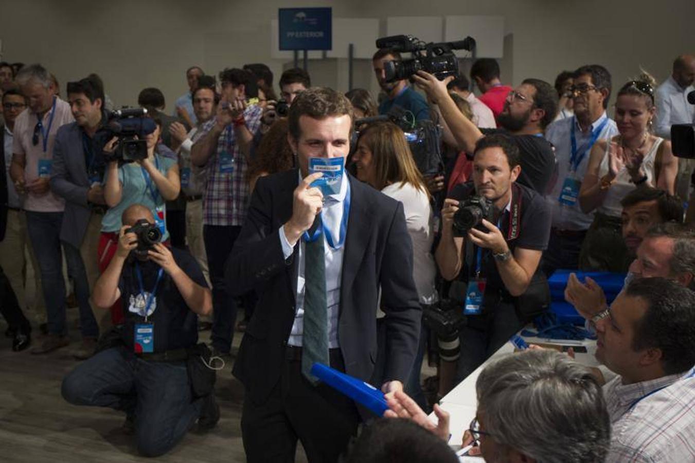 Casado besa su acreditación del 19 Congreso del PP