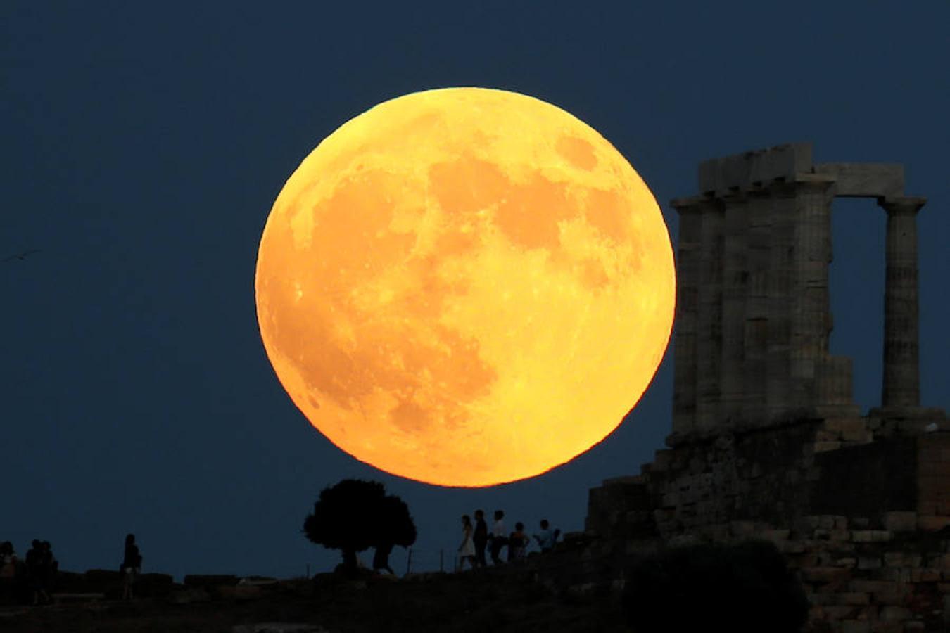 El eclipse lunar en el Templo de Poseidón en Atenas, Grecia