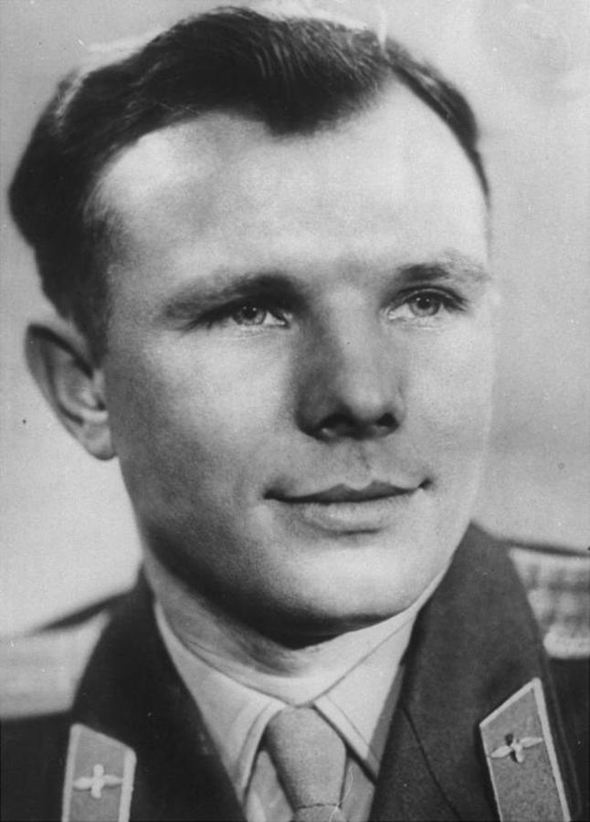 El astronauta Yuri Gagarin con su uniforme del ejército