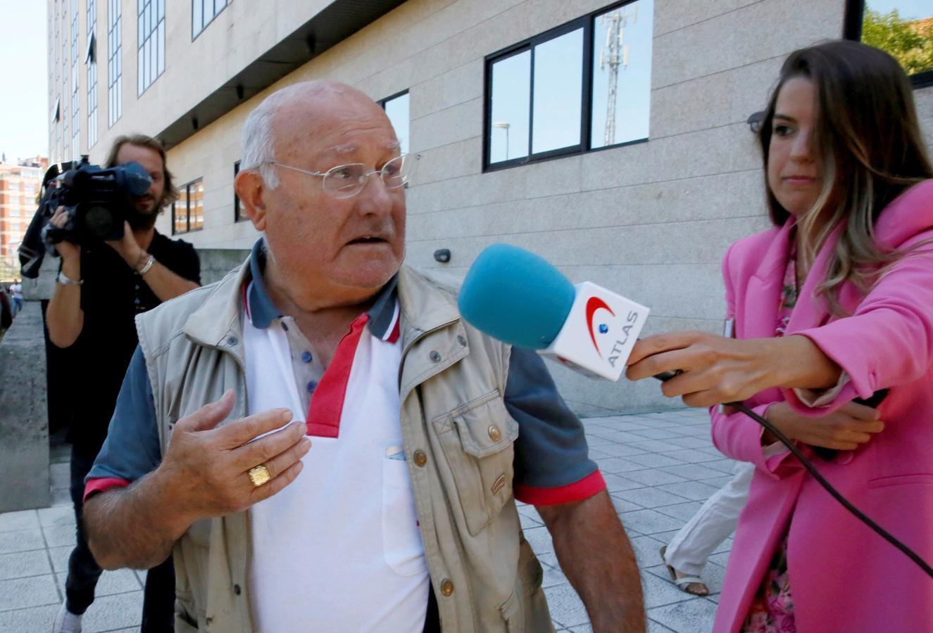 Manuel Charlín, patriarca del clan de los Charlines, a su salida del juzgado después de ser puesto en libertad con cargos, atiende a la prensa