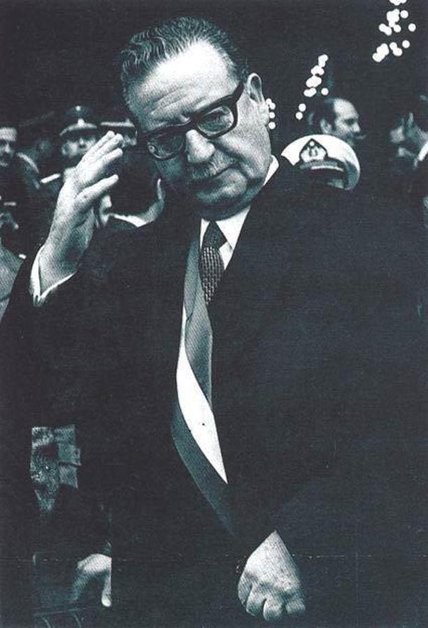 El presidente Allende saludando con gesto militar