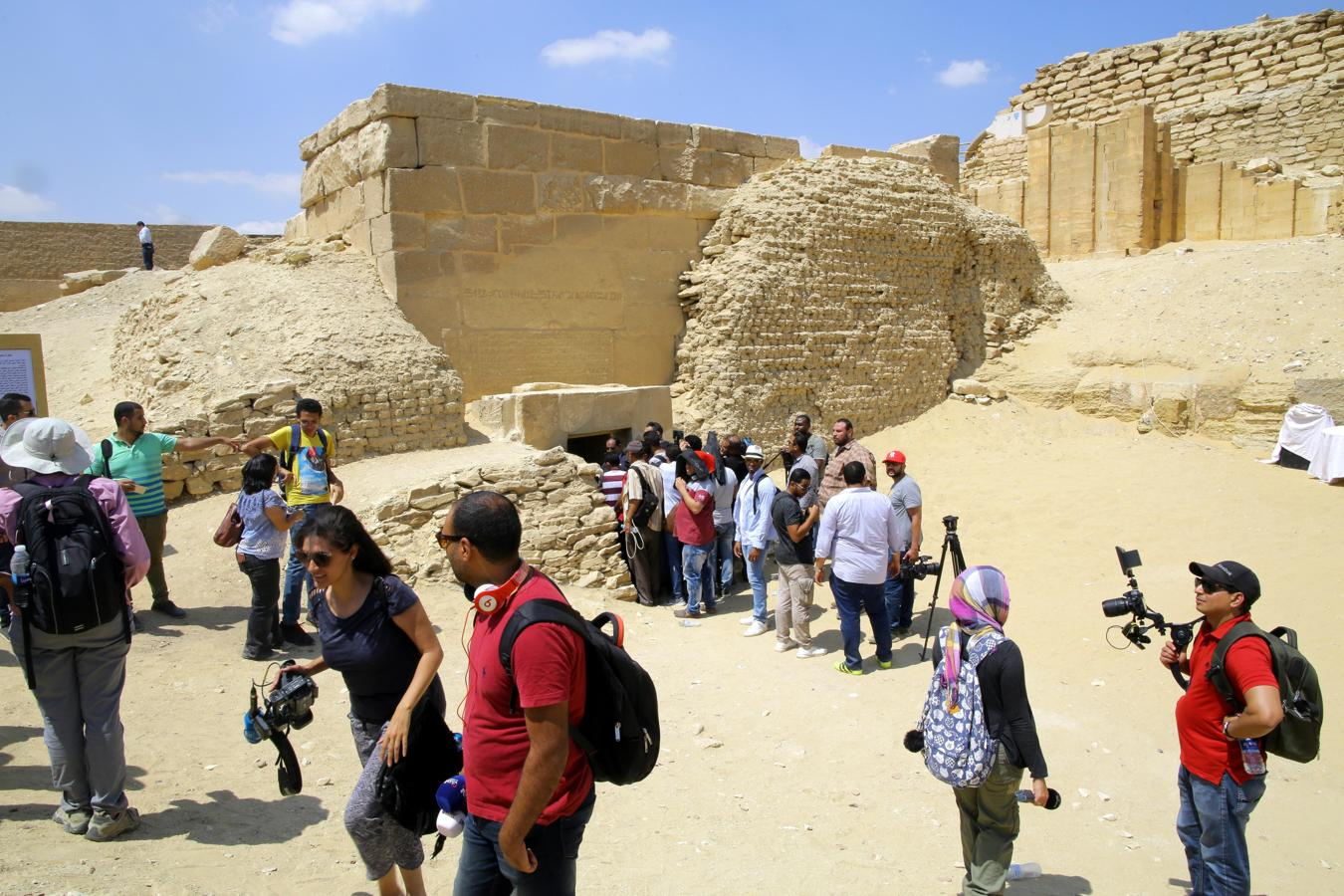 La tumba de Mehu, un poderoso visir que vivió hace 4.300 años en la época de los primeros faraones egipcios, ha sido abierta al público por primera vez en la zona de las pirámides de Saqara. En la imagen, unos visitantes esperan ante una de las entradas de la tumba