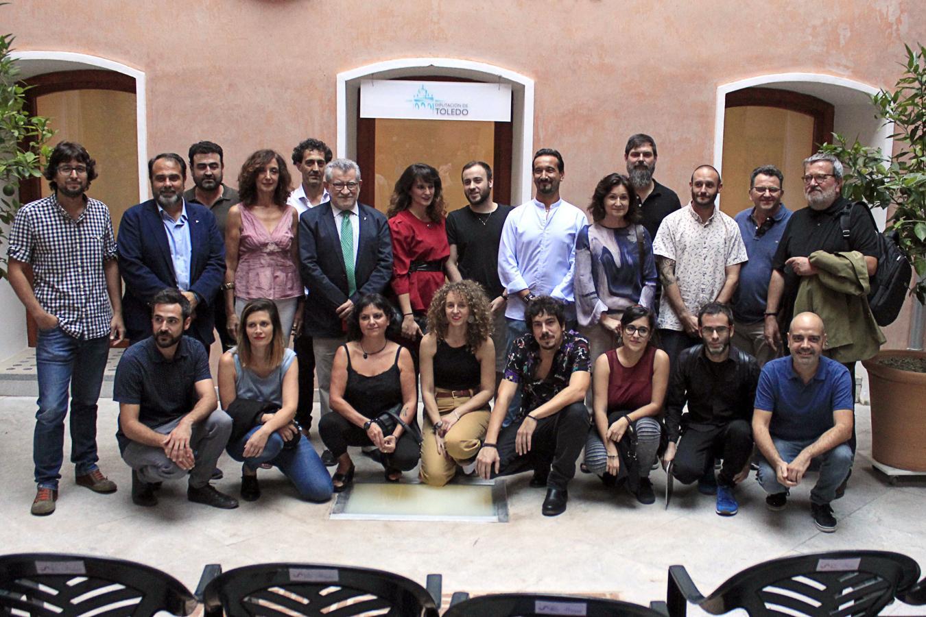 El consejero de Educación y Cultura, Angel Felpeto, con los artistas que participan en la exposición