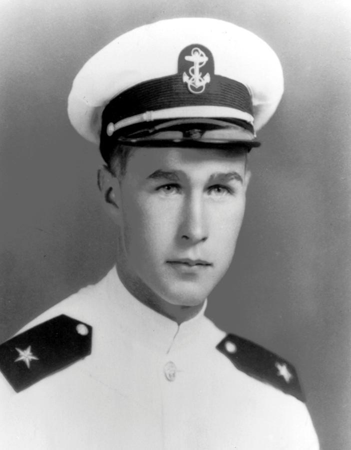 Un joven George H.W. Bush, con uniforme de cadete