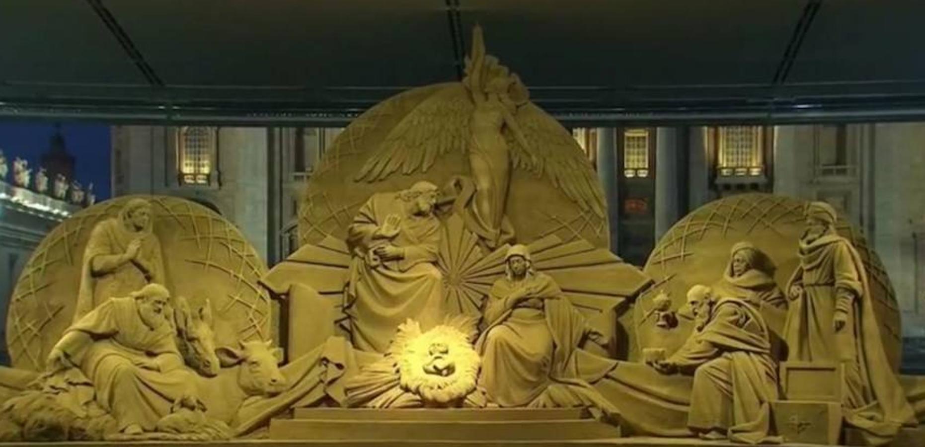 Un monumental nacimiento hecho este año con arena de playa y el árbol de Navidad instalados en la Plaza de San Pedro del Vaticano quedaron hoy inaugurados
