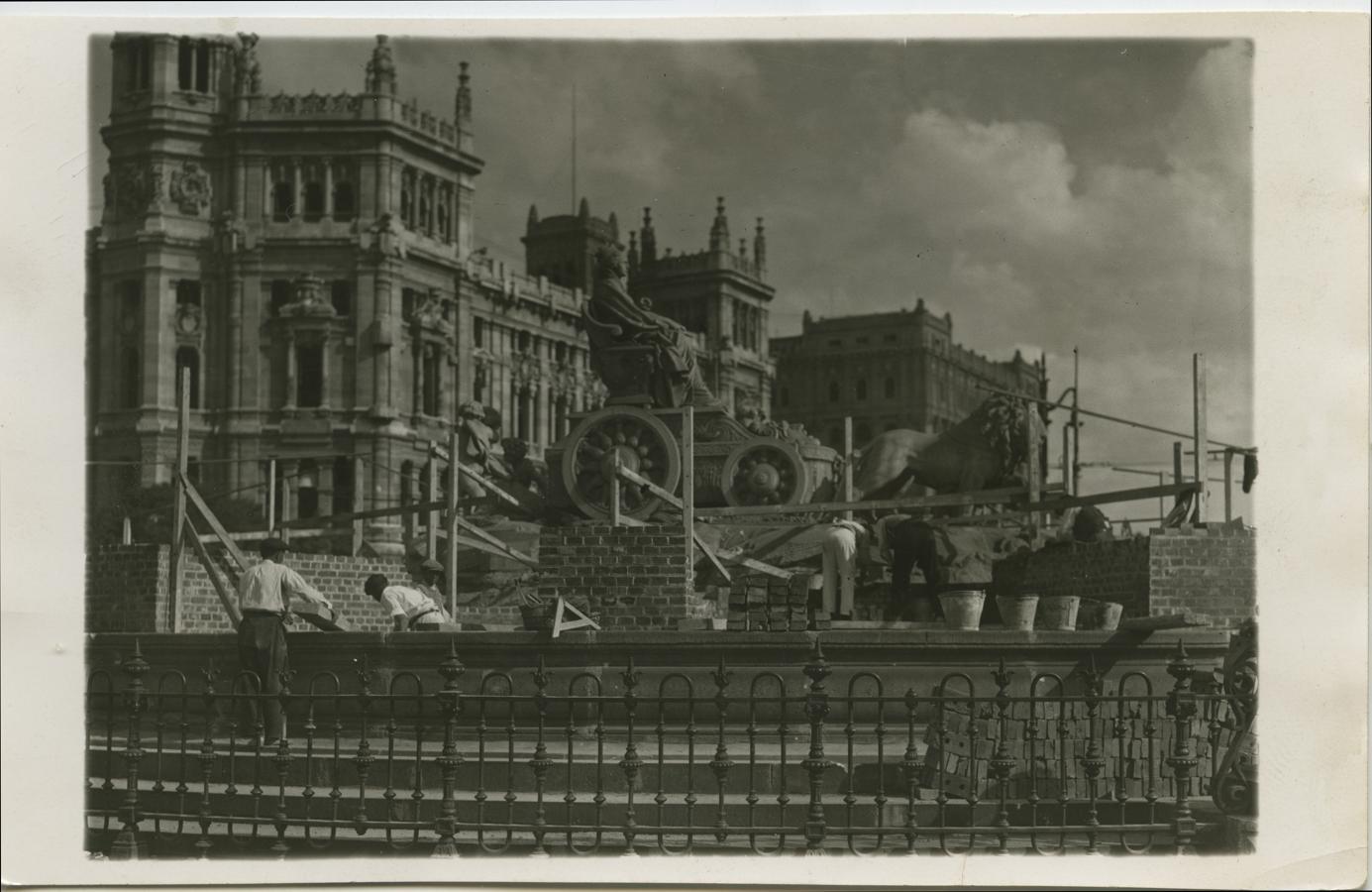 Madrid, 1937. La fuente de la Cibeles durante la Guerra Civil. En la imagen el comienzo de la construcción de la fortificación contra obuses.