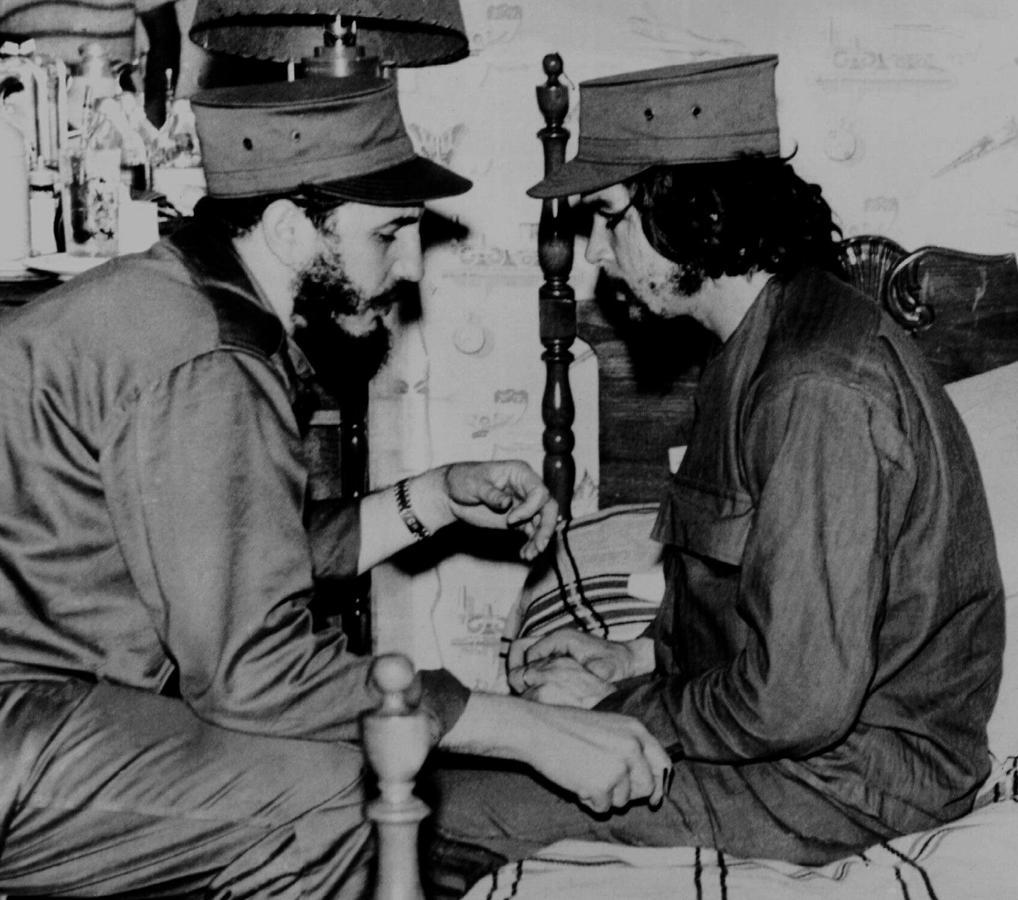 Fidel Castro conversa con el Che Guevara