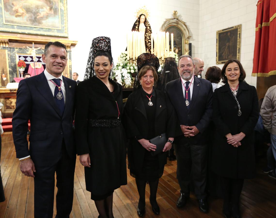 Claudia Alonso, con algunos concejales y el senador Jesús Labrador en la iglesia de las santas Justa y Rufina