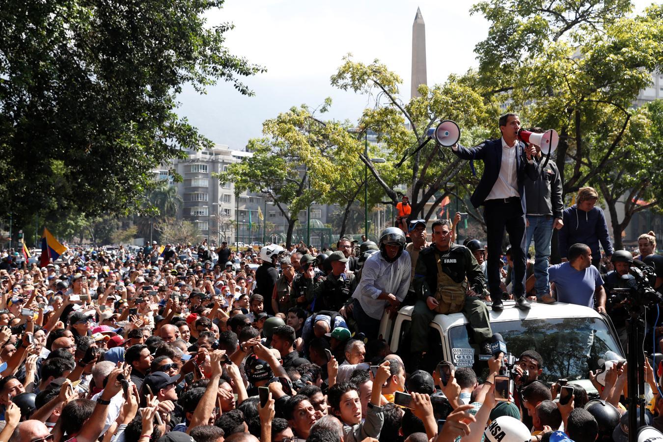 Juan Guaidó habla con sus partidarios en Caracas, Venezuela.