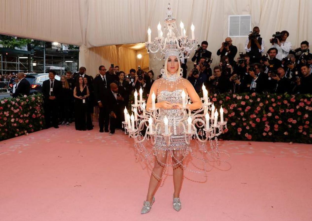 Katy Perry con un «vestido-candelabro»