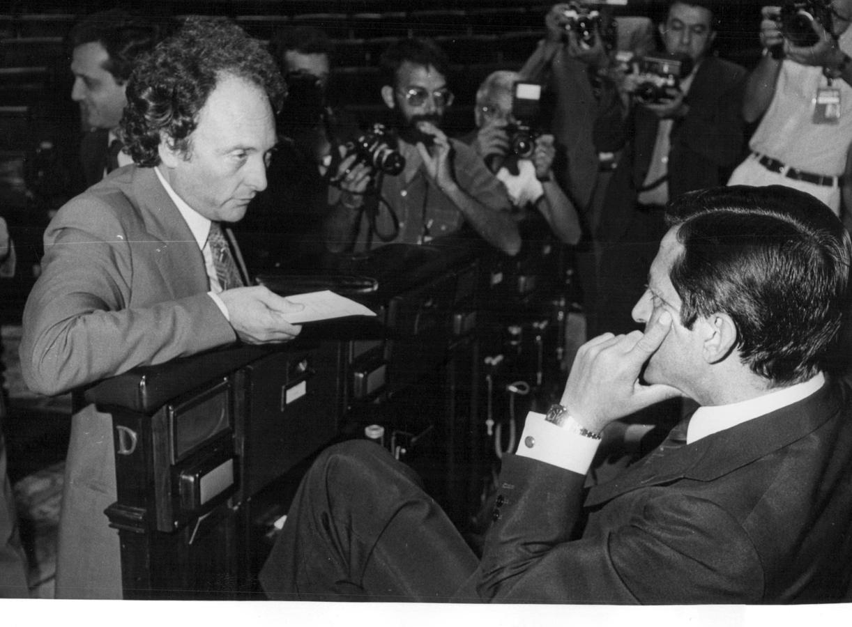Eduard Punset (i) conversa con Adolfo Suárez (d) en el Congreso de los Diputados, en 1980.