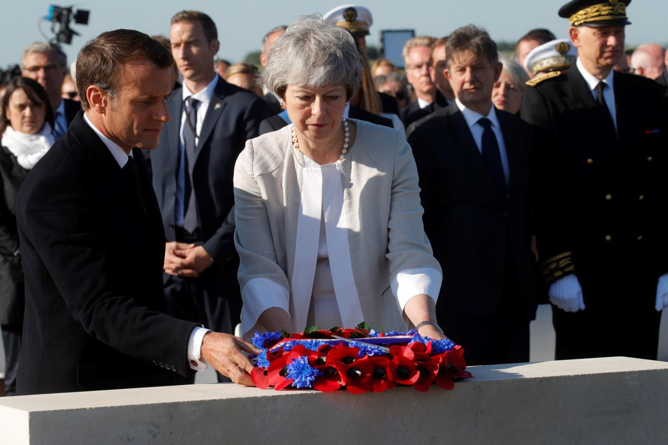 Macron y May llegan a Ver-Sur-Mer para conmemorar los actos del Día D