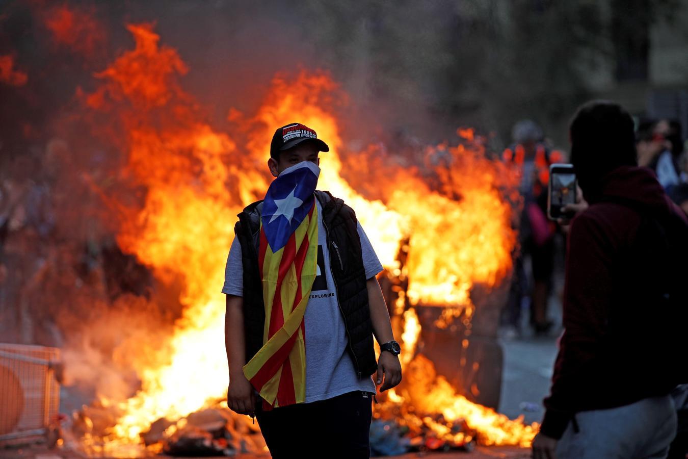 Barcelona arde por la furia de los independentistas Barcelona-disturbios-18-octubre-kSNI--1350x900@abc