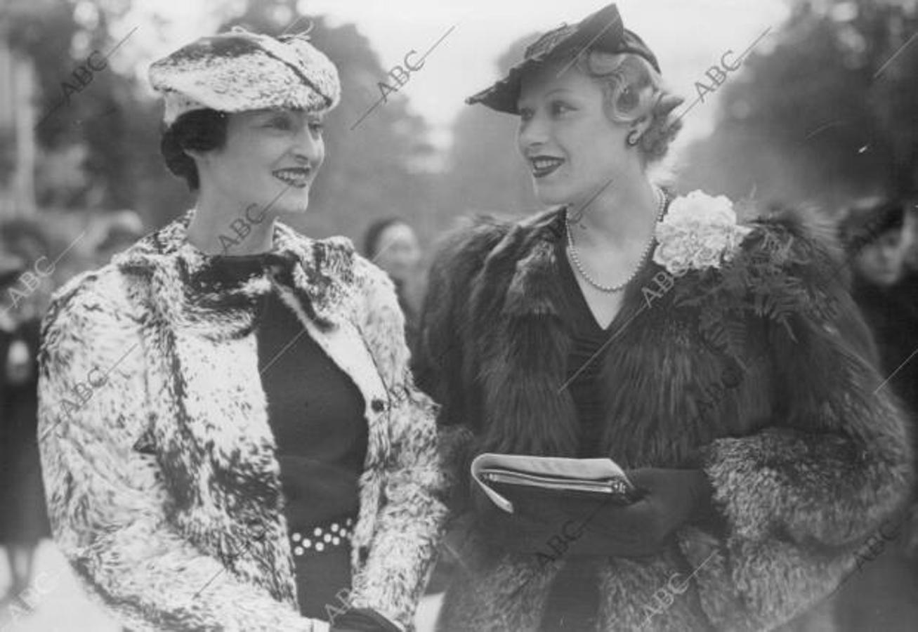 De los sombreros turbantes a los peinados con brillantina: la moda de otras primaveras