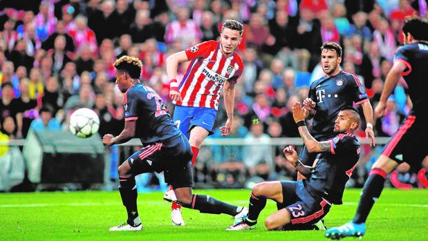 Saúl marca en el Calderón frente al Bayern el curso pasado