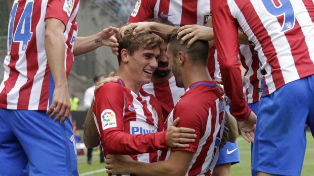 Griezmann y Koke celebran el primer gol junto a sus compañeros